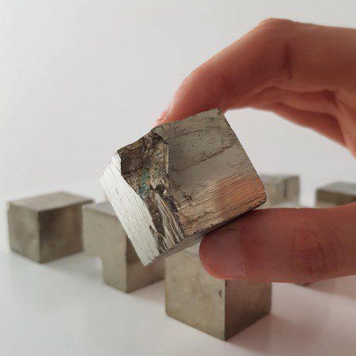 cubo de pirita mediano