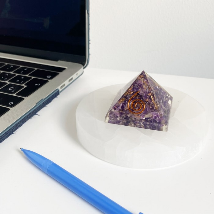 pirámide de orgonita con amatista 3