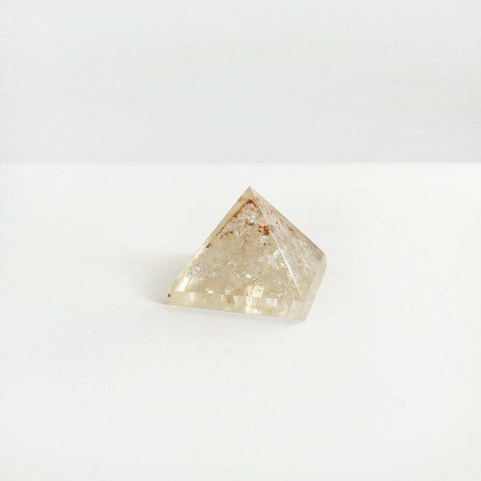 pirámide de orgonita con cuarzo cristal 2