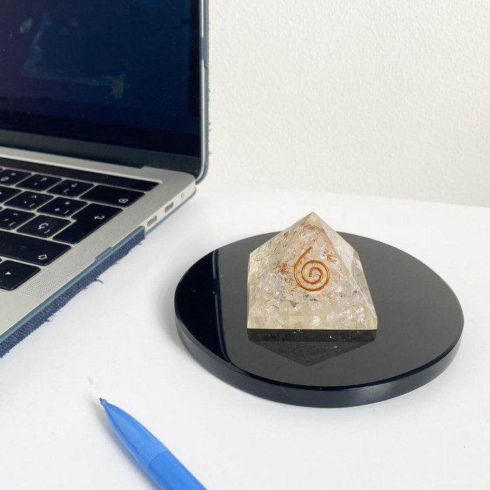 pirámide de orgonita con cuarzo cristal 3