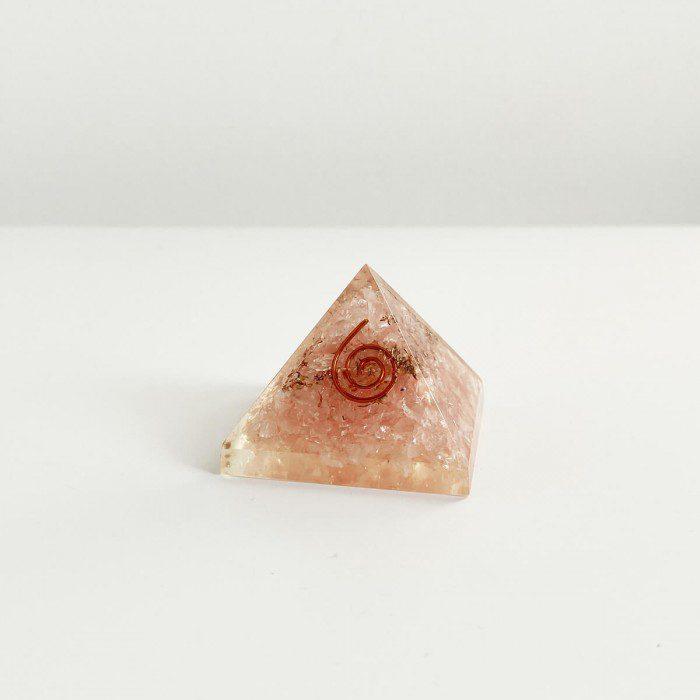 pirámide de orgonita con cuarzo rosa