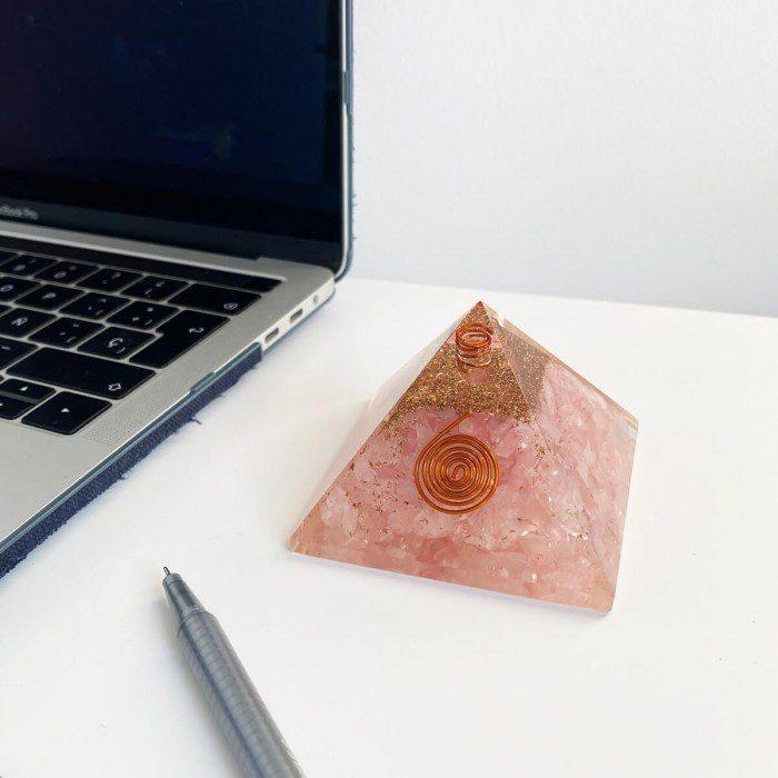 pirámide de orgonita con cuarzo rosa mediana 3