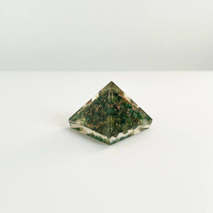 pirámide de orgonita con cuarzo verde 2