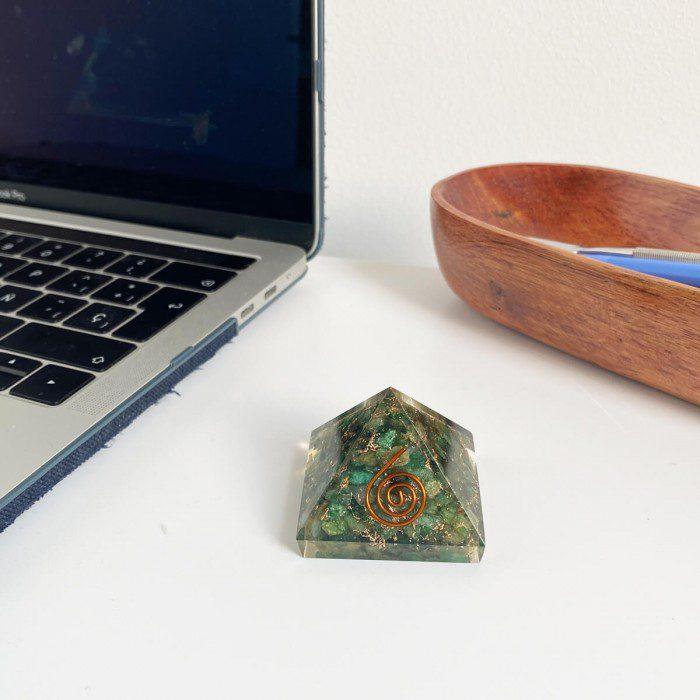 pirámide de orgonita con cuarzo verde 3