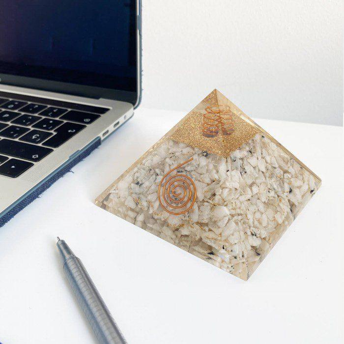 pirámide de orgonita con piedra luna 3