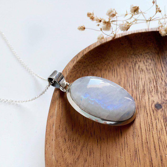 colgante de piedra luna montado en plata