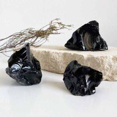 Obsidiana negra en bruto