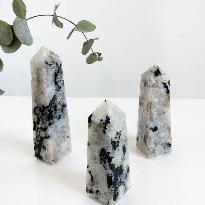 obelisco de piedra luna