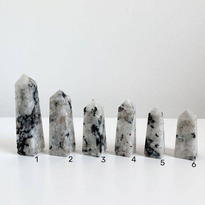 obeliscos de piedra luna