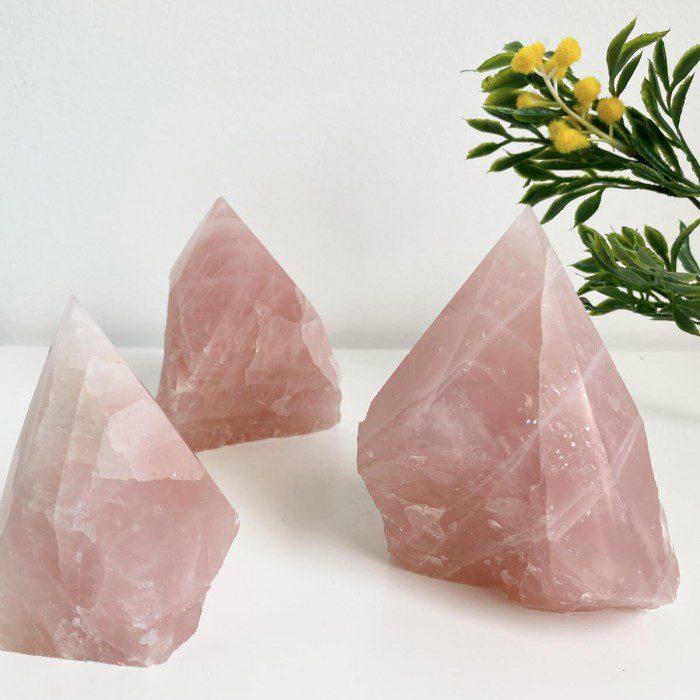 punta de cuarzo rosa semi pulida